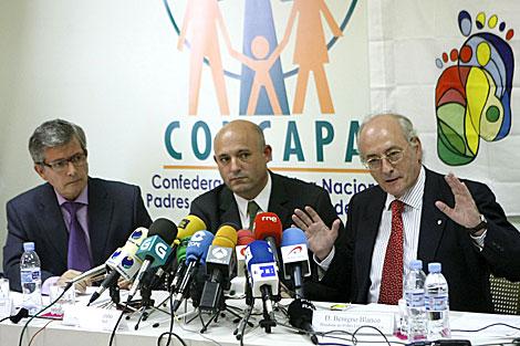 Los convocantes de la manifestación, en la presentación del informe. | Efe