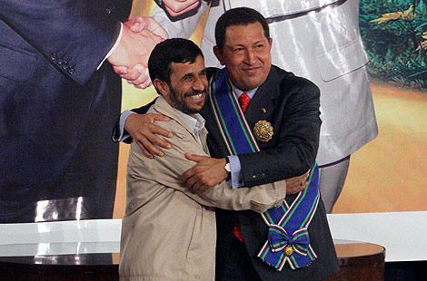 El presidente de Irán, Mahmud Ahmadineyad, y su homólogo venezolano, Hugo Chávez.   AP