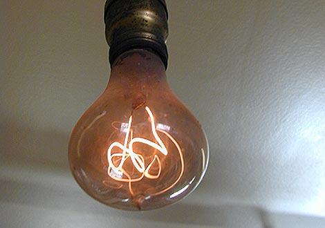 Imagen de la bombilla encendida más antigua del mundo. | Centennialbulb.org