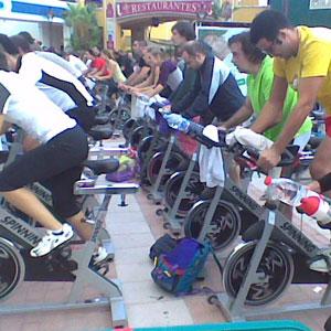 Un grupo de personas realizando spinning.