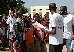 Unos niños responden a las preguntas sobre higiene, durante la celebración del día del lavado de manos.
