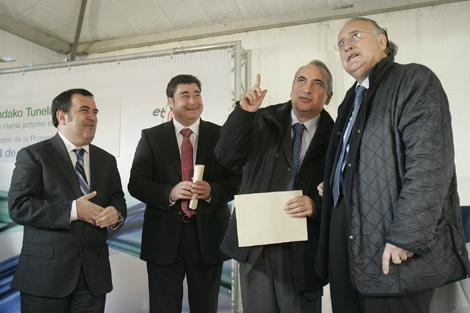 Iñaki Arriola y el alcalde de Bilbao, Iñaki Azkuna, colocan la primera piedra del túnel.   Efe