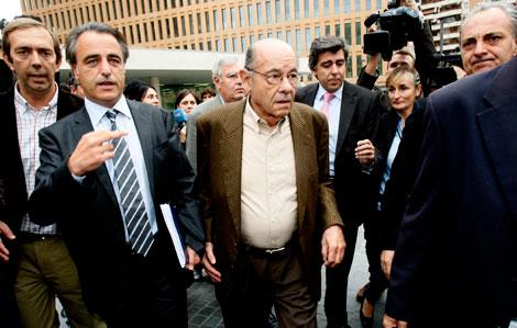 Millet, acompañado de su abogado (izda.) tras declarar | C. Maury