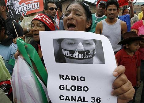 Manifestantes partidarios de Manuel Zelaya protestan por el cierre de medios. (Foto: Reuters)