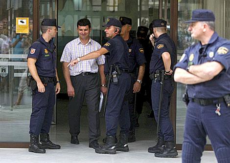 El concejal de Agricultura, Jorge Viseras, abandona el Ayuntamiento durante el registro. | Efe