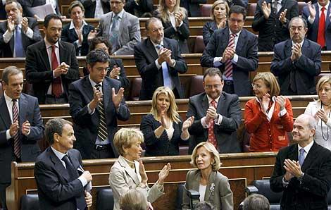 Los diputados socialistas aplauden a la cicepresidenta Salgado. | Efe