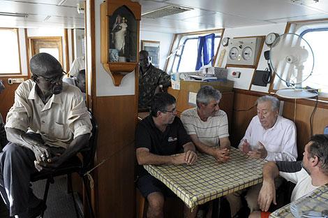 El embajador español en Guinea Bissau, con algunos de los marineros retenidos.   Ángel López Soto