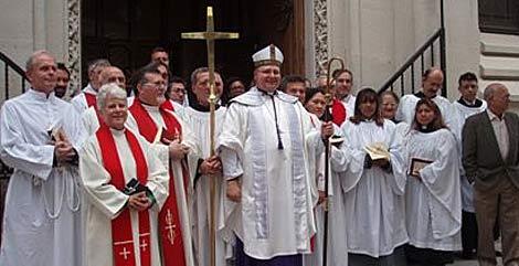 El sacerdote anglicano Manuel Carrillo, en su parroquia.