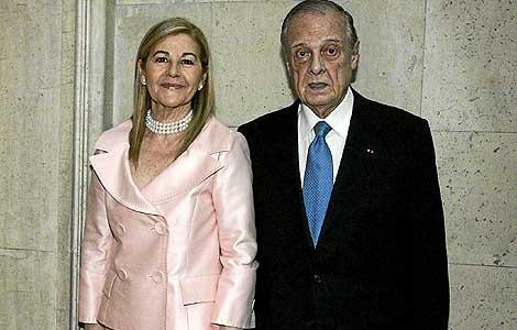 Sabino Fernández Campo, junto a su mujer, en una imagen de 2008.   Diego Sinova