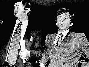9 de agosto de 1977: Polanski y su abogado, Douglas Dalton, comparecen ante el juez. | Ap