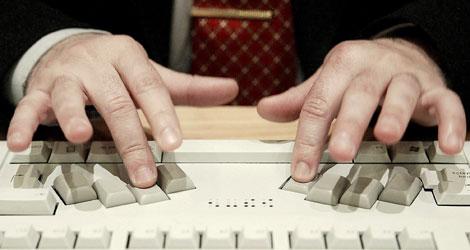 Un invidente usando un teclado de braile | Efe