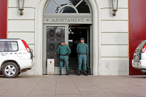 La entrada del Ayuntamiento de Santa Coloma de Gramenet. | Efe