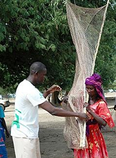 Hombre y mujer con red para pájaros. Foto: C.Pluma / Intermón Oxfam