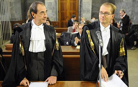 Los abogados de Berlusconi, en el tribunal de Milán. | Afp