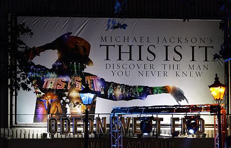 Cartel de promoción del documental de Michael Jackson. | AP