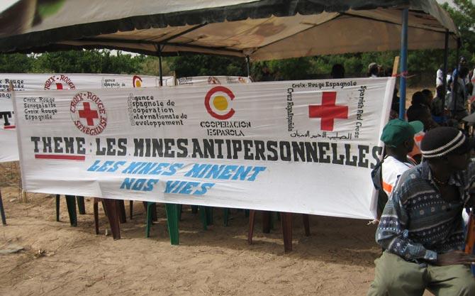 """""""Las minas minan nuestras vidas"""", pancarta con uno de los eslóganes de las actividades extraescolares que desarrollamos en el proyecto de """"Educación para la Paz"""" de Cruz Roja en Casamance."""