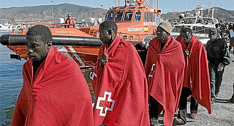 Un grupo de inmigrantes interceptados en la costa de Granada.   Efe