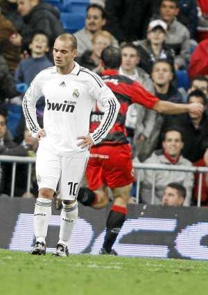 Sneijder con cara de derrota, mientras el Real Unión de Irún celebra uno de sus goles en el Bernabéu. (Foto: C. Barajas)