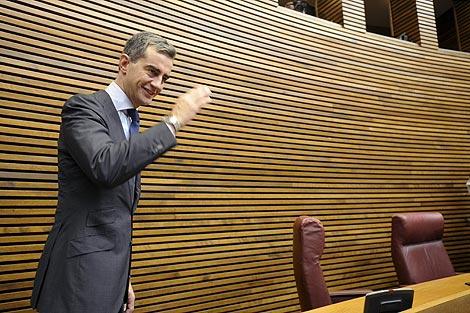 Ricardo Costa saluda desde su nuevo escaño.   Efe