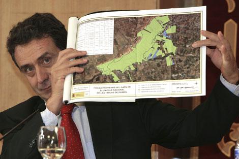El secretario de Estado del Medio Rural y Agua, Josep Puxeu, muestra un mapa con las fincas adquiridas. | Efe