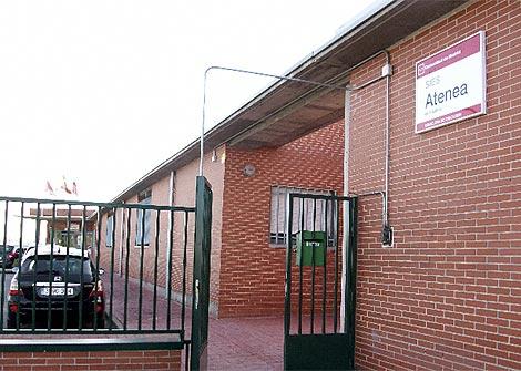 Imagen del instituto al que acudían víctimas y agresores en Villalbilla. (Efe)