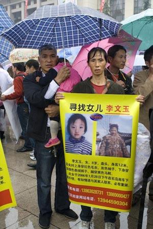Un matrimonio exhibe las fotos de su hija desaparecida.  A. Parra