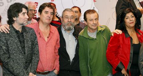 Joaquín Sabina y Almudena Grandes, entre otros, en la presentación del Manifiesto   Efe