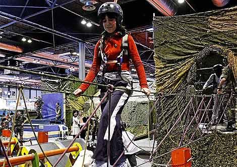 Una niña practica una actividad en Juvenalia. (González)
