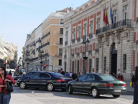 Imagen de los vehículos de la Comunidad aparcados en la Puerta del Sol. (E.M.)