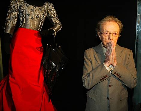 Pertegaz, en una exposición de sus trabajos en Barcelona, en 2004. | D. U.