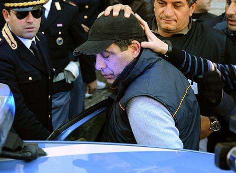 Salvatore Russo, jefe de la Camorra, es llevado a dependencias policiales tras su detención. | AP