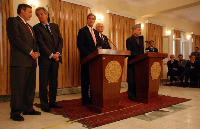 Hamid Karzai, acompañado de mandatarios internacionales, en la rueda de prensa en la que anunció que habría segunda vuelta.| Mónica Bernabé