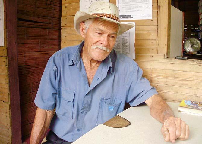 Don Elías explicando el proceso del café. | W. Fernández