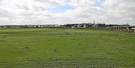 Vista general de la dehesa de Tablada, con San Juan al fondo.