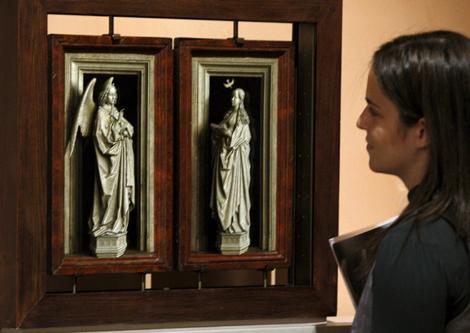 Una visitante observa el 'Díptico de la Anunciación' de Van Eyck