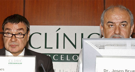 El consejero delegado del Clínic, Raimon Belenes, y el director médico, Josep Brugada. | Efe