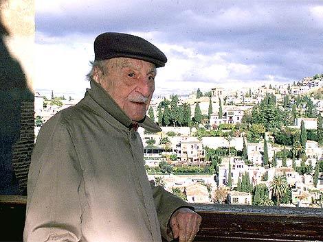 El escritor, durante una visita a la Alhambra. | Efe