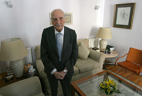 Ayala, en una imgen tomada en su casa de Madrid en julio de 2007. | Afp