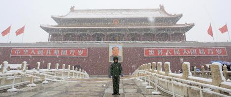Un guardia armado en la Plaza de Tiananmen.   AP.