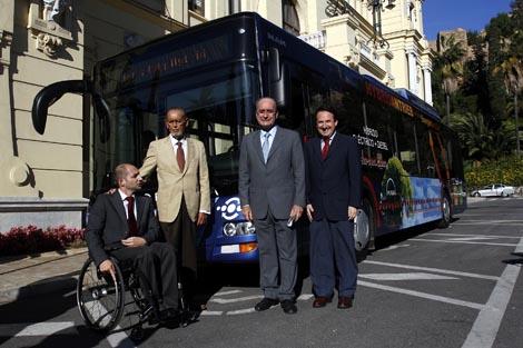 Representantes municipales con el autobús. | Carlos Díaz