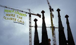 Pancarta de protesta contra el cambio climático colgada por Greenpeace en la Sagrada Familia de Barcelona.   Reuters
