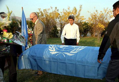 Varios hombres trasladan el féretro de un funcionario de la ONU muerto en Afganistán.   Efe