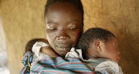 Una madre africana con sus gemelos | La Caixa