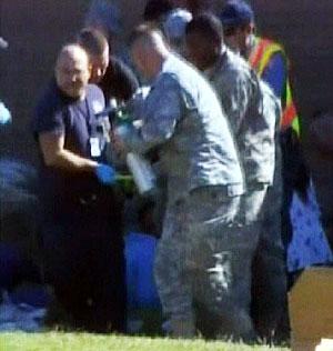 Varios soldados portan el cuerpo de un compañero.   AP