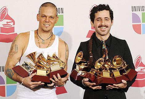 Miembros de Calle 13 posan con sus premios. | Efe
