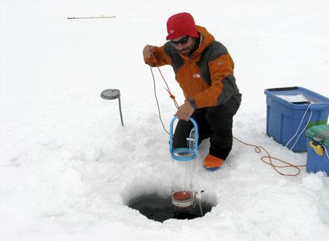 Uno de los científicos de la expedición durante el estudio. | Efe.