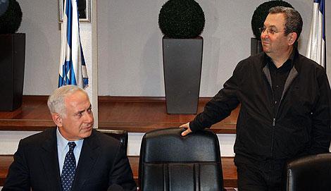 Netanyahu (izda.) y Barak, en una rueda de prensa en Tel Aviv. | Afp