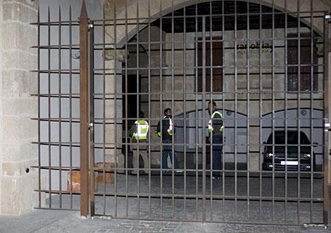 Efectivos de la Policía Judicial ante la vivienda del ex presidente del Gobierno balear. Efe