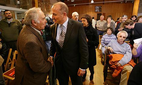 El ministro Miguel Sebastián, a la derecha, saluda a un asistente a la conferencia. | R. Muñoz
