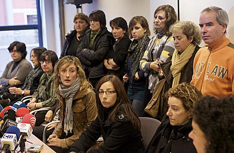 Los familiares de los tripulantes, en la rueda de prensa celebrada en Bermeo. | Carlos G. Pozo